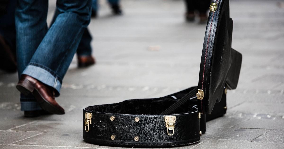Paderbornerinnen verhindert Diebstahl an Straßenmusikant