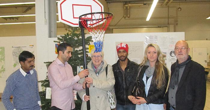 Basketballkörbe und Weihnachtsbäume für Flüchtlinge in Paderborn