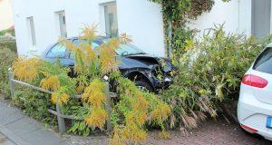 Betrunkener baut Unfall und rast in Vorgarten in Paderborn