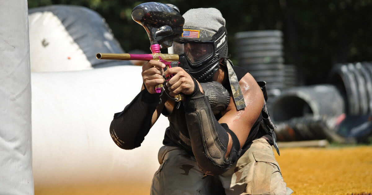 Spieler spielt Paintball in Paderborn