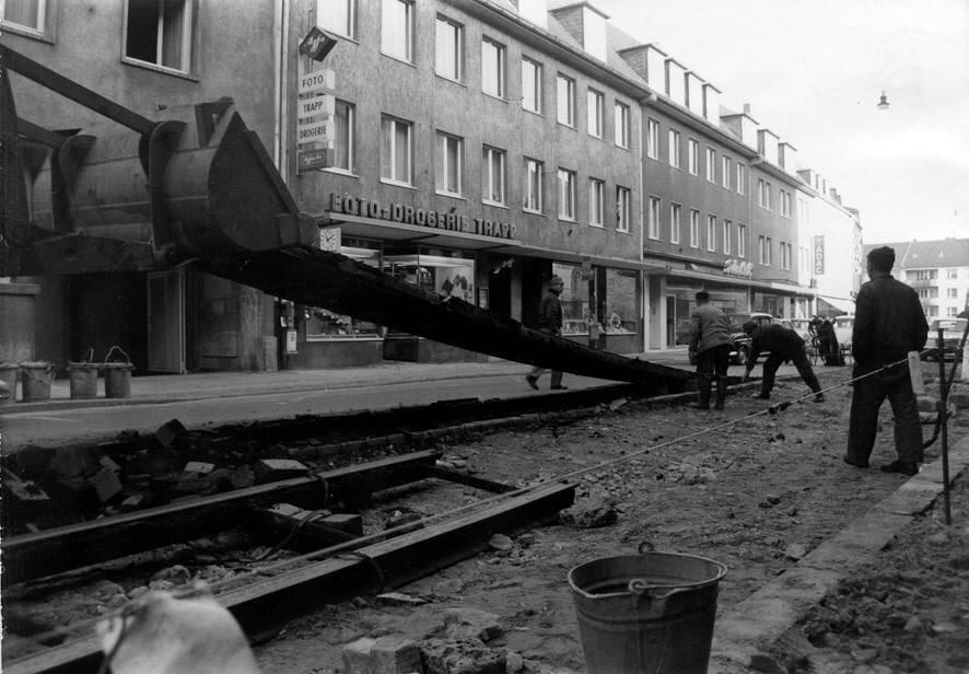 Abbau der Straßenbahn-Schienen am Kamp in Paderborn 1970