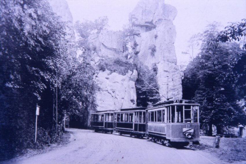 Paderborner Straßenbahn fährt zwischen den Externsteinen hindurch